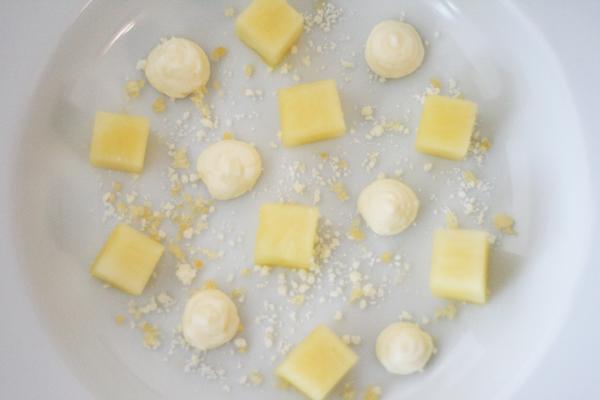 Ananas, hvid chokoladecreme, krystalliseret hvid chokolade og pufsukker