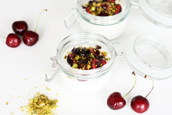 Yoghurt med kirsebær, pistacienødder og chokolade