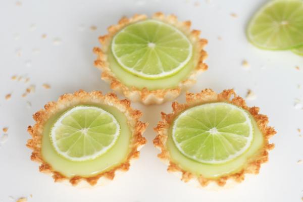 Små tærter med kokos, lime og hvid chokolade