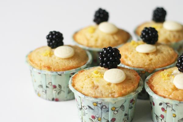 Muffins med marcipan, brombær og hvid chokolade