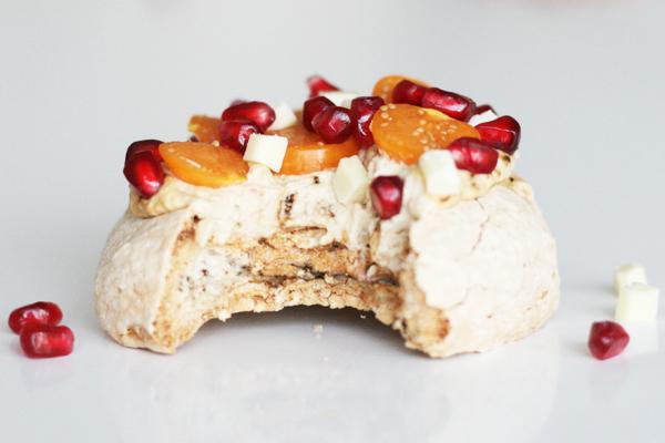 Pavlova med lakrids, hvid chokolade, granatæble og ananaskirsebær