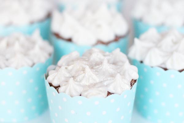 Cupcakes med kokos, citron og hvid chokolade