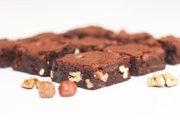Brownies med kaffe, mørk chokolade og nødder i massevis | Maja Vase