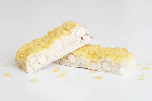 Fransk nougat med lakrids, frysetørret passionsfrugt, hvid chokolade og pufsukker