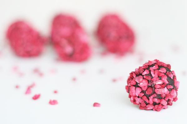 Kastanjekugler - dadelkugler - med lakrids, chokolade og hindbær