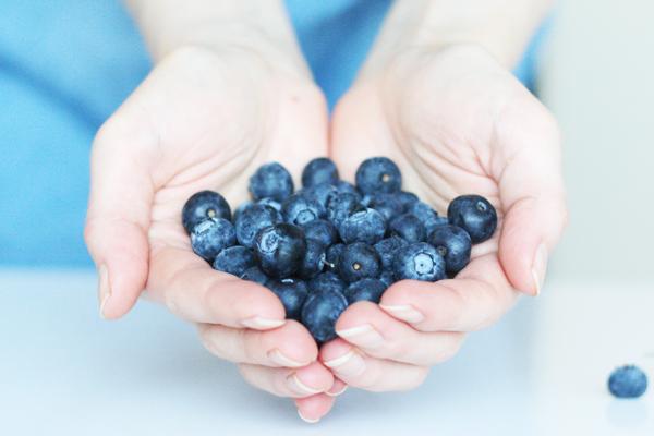 Friske blåbær overtrukket med hvid chokolade (tilsat frysetørret blåbær og citron)