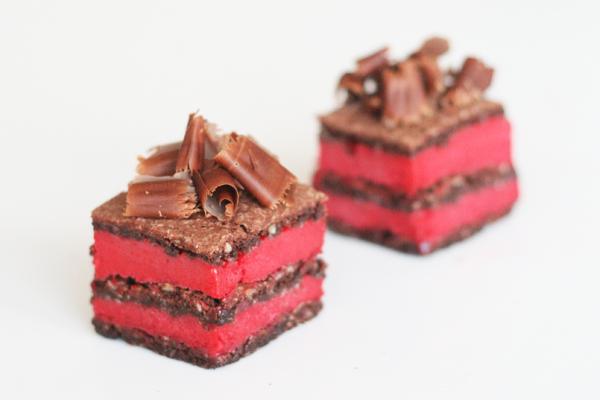 Fragilité med hindbærsorbet og chokoladebunde