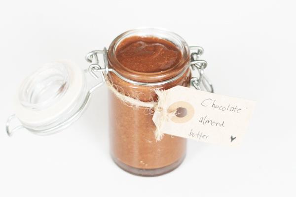 Hjemmelavet mandelsmør med chokolade