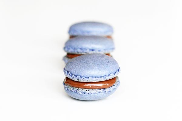Macarons med brombær og mælkechokolade