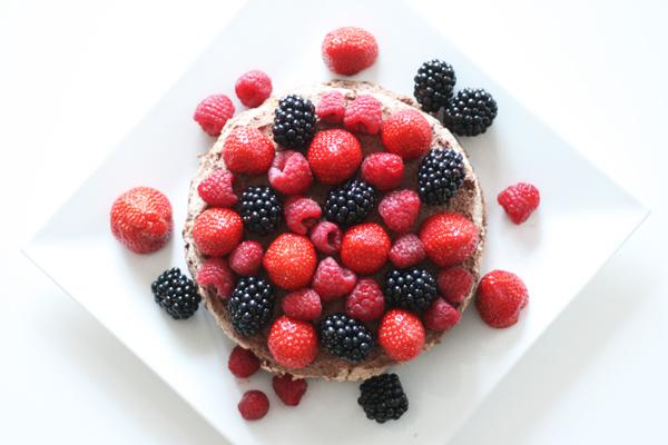 Fragilité med chokolade, jordbær, hindbær og brombær