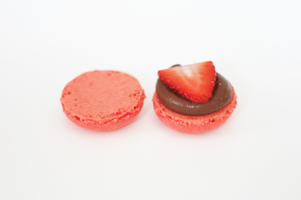 Jordbærmacarons med mælkechokolade ganache