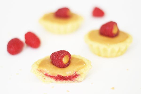 Glutenfri minitærter med karamelliseret hvid chokolade og hindbær