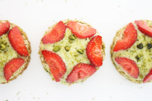 Pistaciekage med jordbær