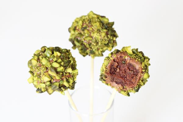 Cookie dough cake pops med pistacienødder