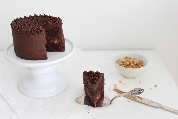 Snickers kage med karamel, peanuts og chokolade