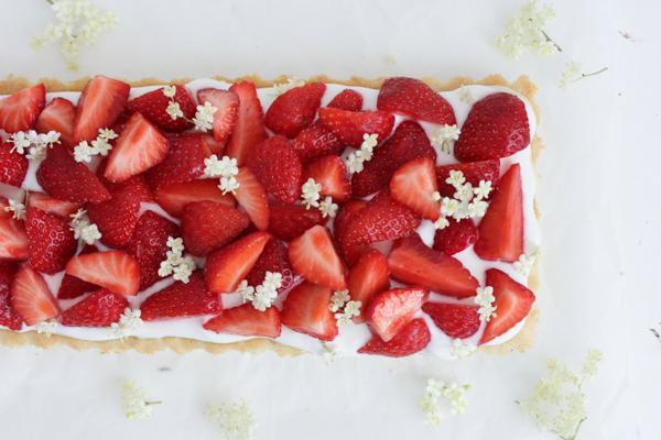 Jordbærtærte med hyldeblomst og skyr
