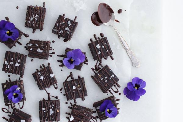 Raw brownie med chokolade og havsalt