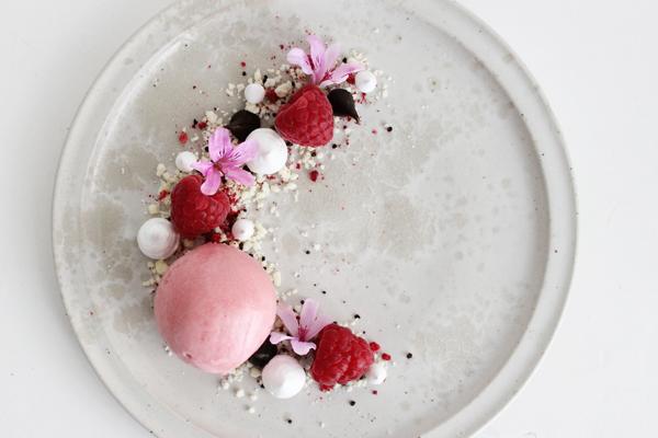 Sommerdessert med hindbær, lakrids og hvid chokolade