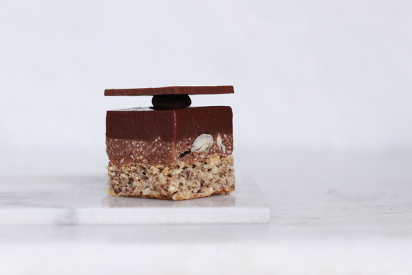 Nytårsdessert: chokoladekage chokoladekube med hasselnødder