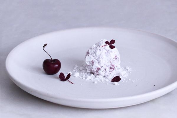 Snebold med kirsebær og lakrids