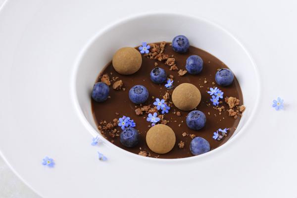 lakridsdessert med hvid chokolade og blåbær