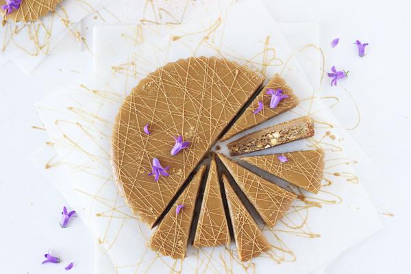 Cookiekage med karamelganache