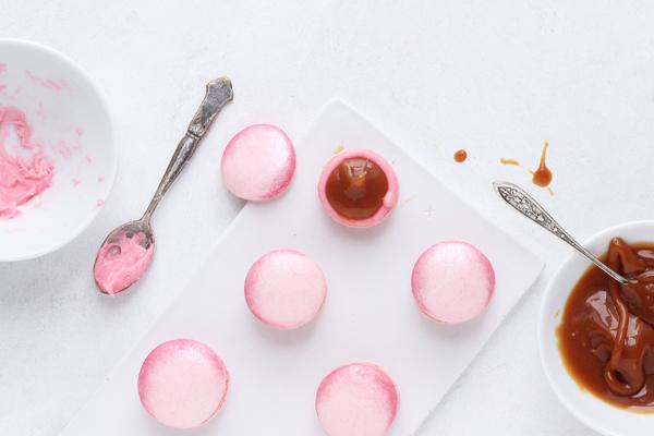 Isvaffelmacarons med hindbær og saltkaramel