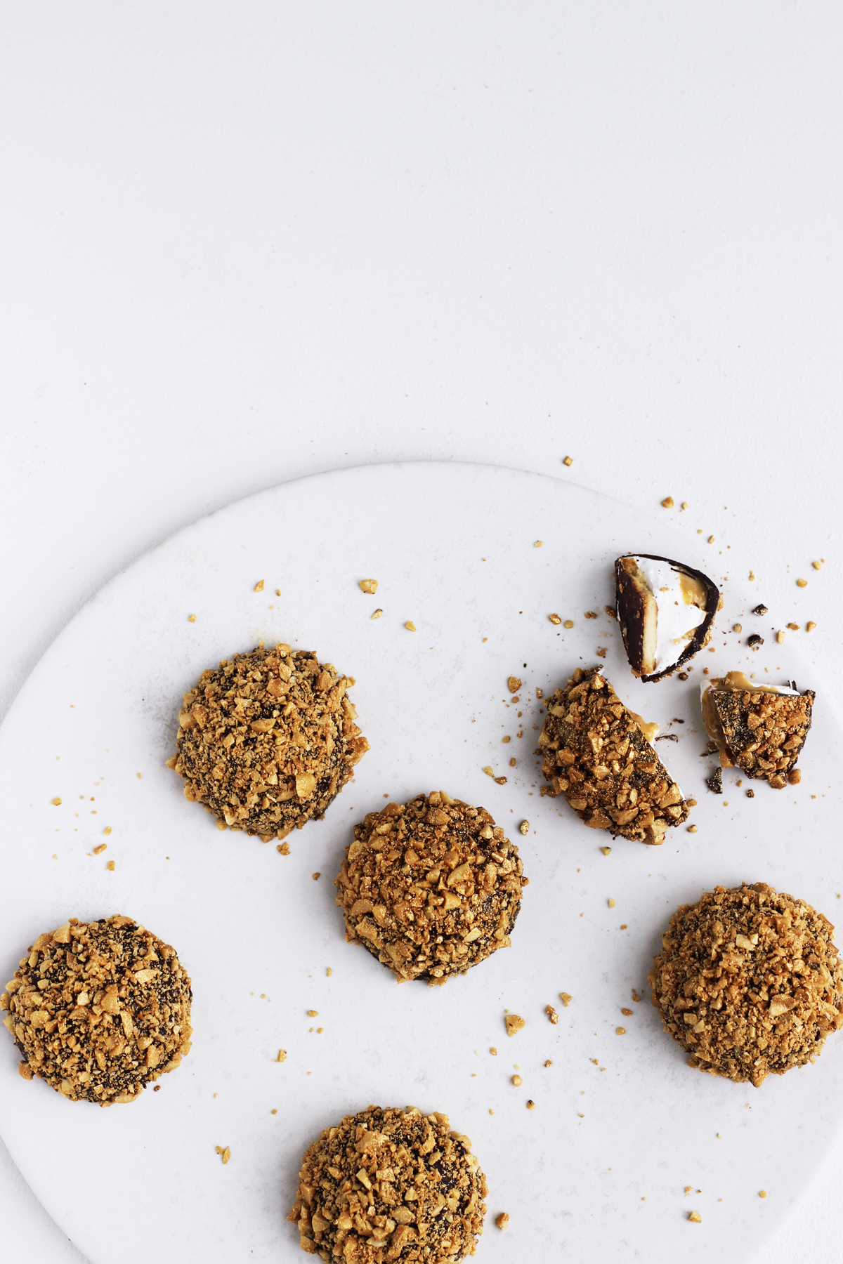 Flødeboller med peanuts og karamel