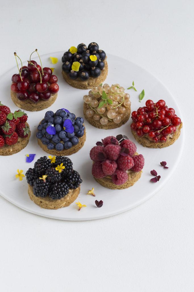 Små cookiekager med bær og ganache