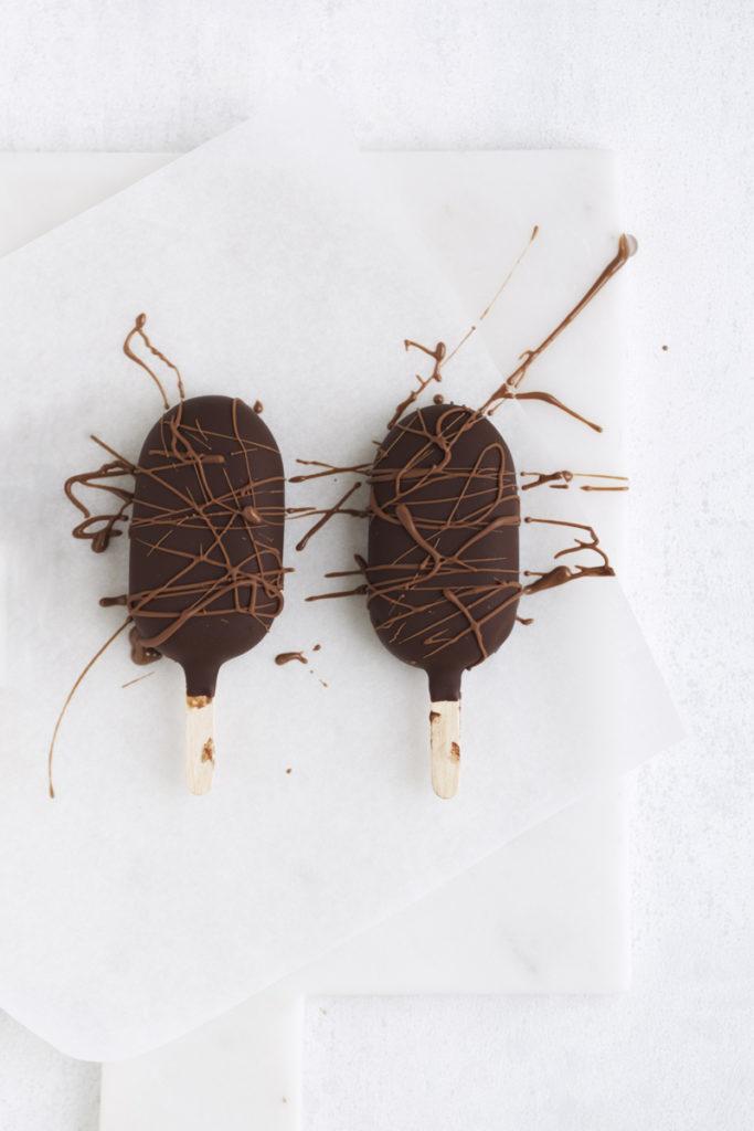 Chokoladeis med fudgy brownie chokoladekage