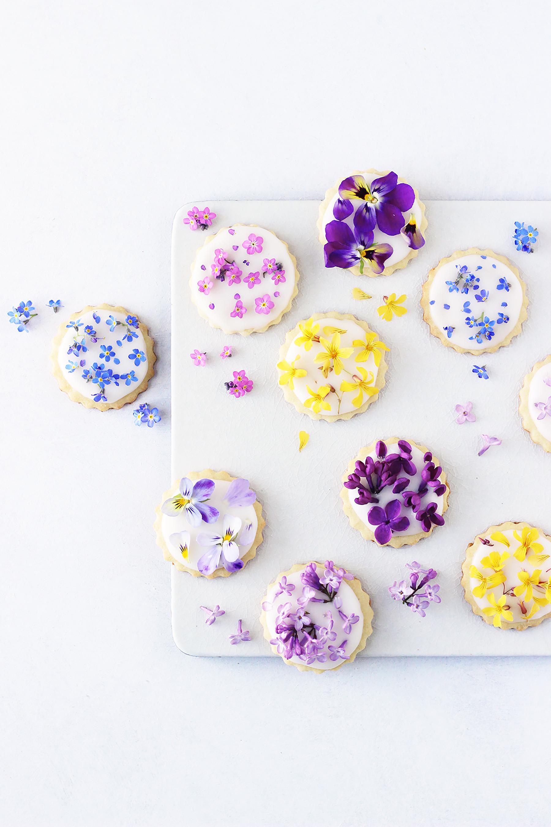Småkager med spiselige blomster