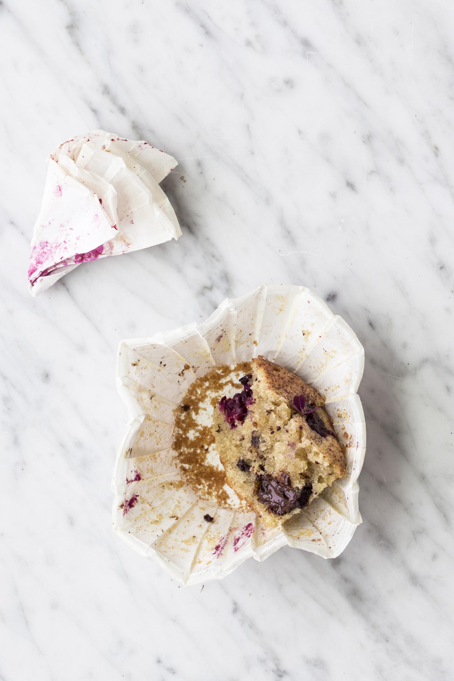 Muffins med marcipan og brombær
