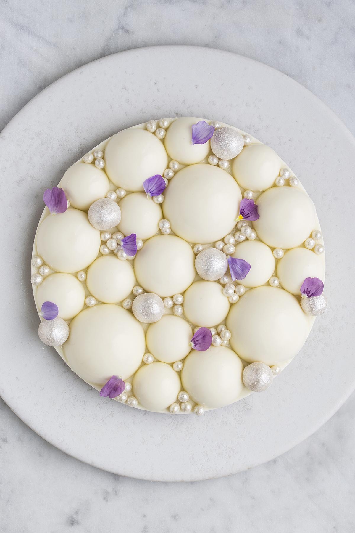 citronmoussekage med hvid chokolade og lakrids