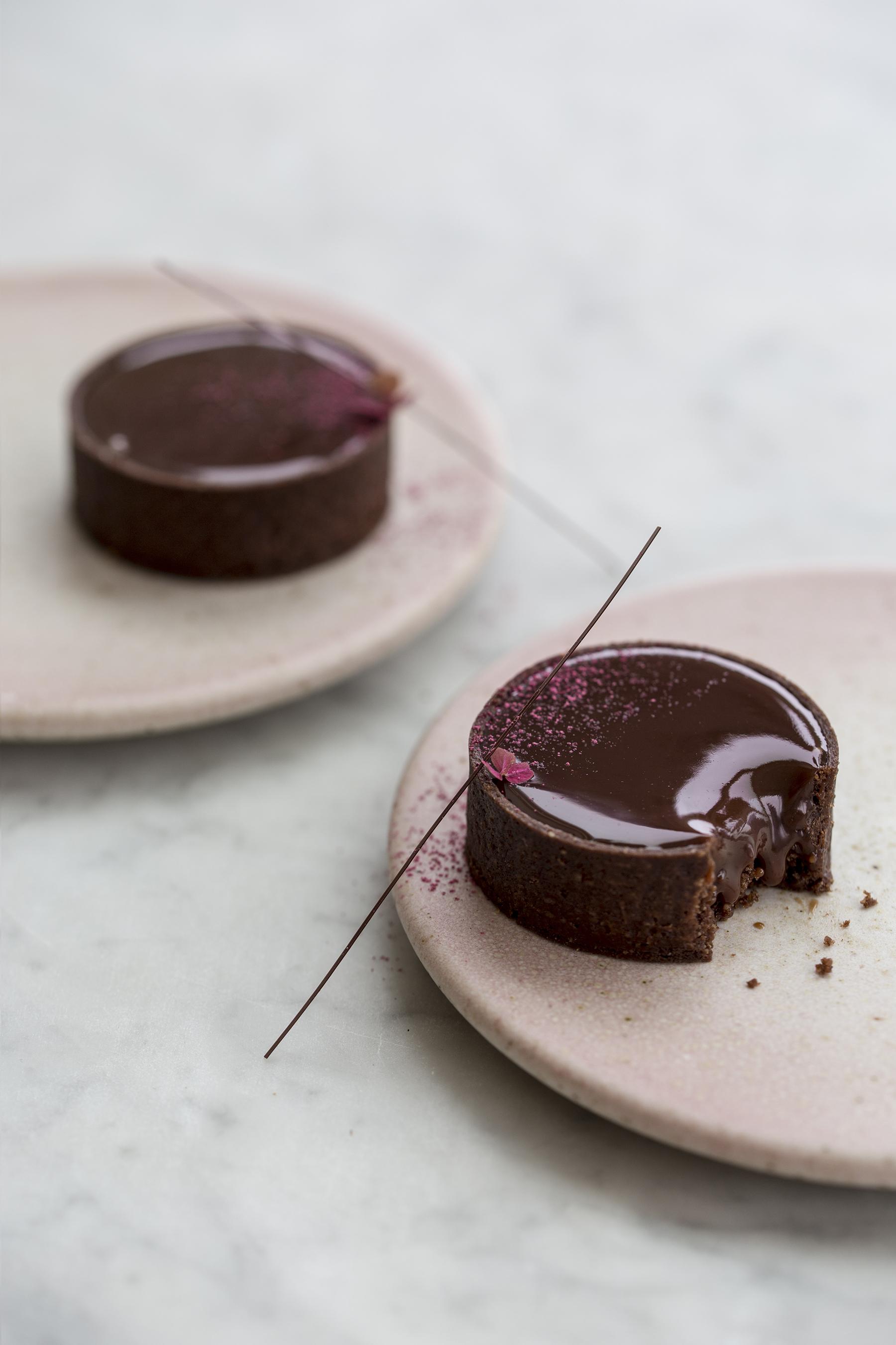 chokoladetærter med kirsebær